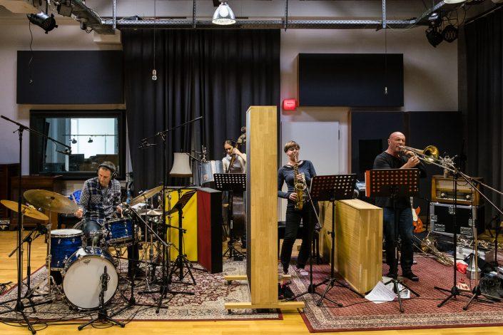 Anne Mette Iversen (bass), Geoffroy De Masure (tb), Roland Schneider (dr), Silke Eberhard (Alt Saxophon - Klarinette)-Ternion Quartett