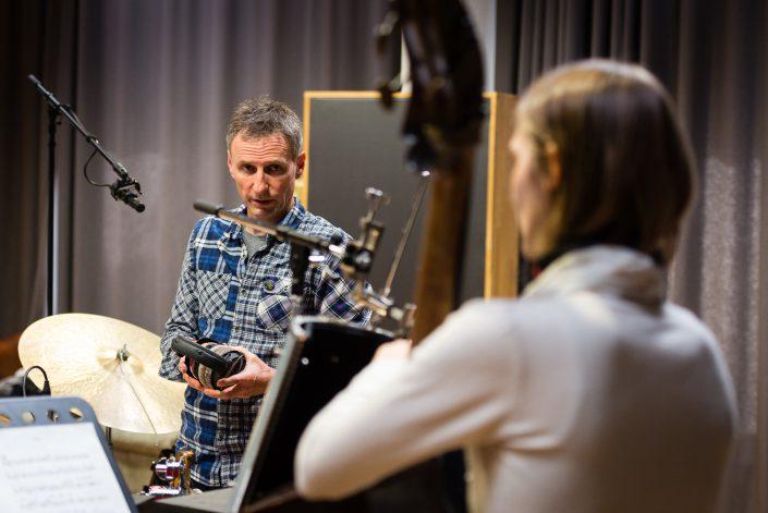 Anne Mette Iversen (bass), Roland Schneider (dr)