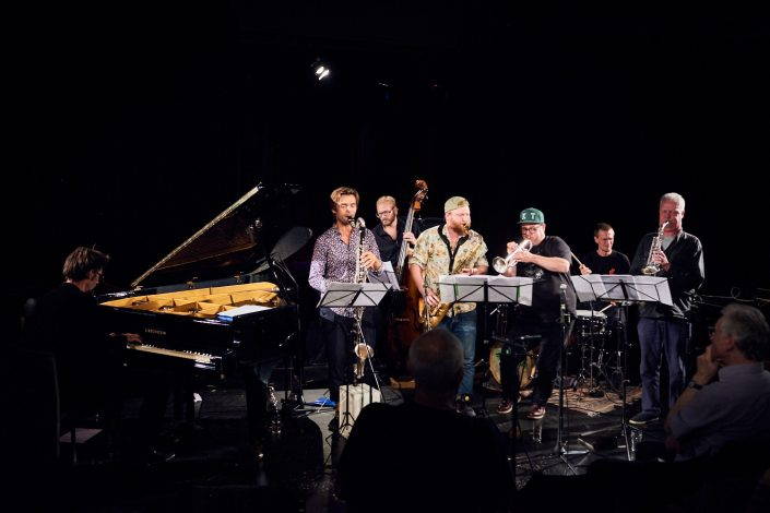 Jakob Anderskov (p), Nils Davidsen (b), Anders Banke (clar), Ned Ferm (tenorsax), Kasper Tranberg (tp), Peter Bruun (dr)